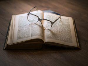 本の上のメガネの画像